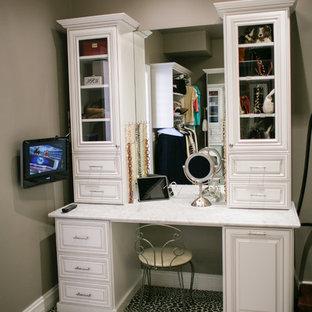 Diseño de vestidor unisex, clásico, grande, con armarios con paneles con relieve, puertas de armario blancas, moqueta y suelo multicolor