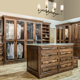 Foto de armario vestidor unisex, tradicional, grande, con armarios con rebordes decorativos, puertas de armario de madera en tonos medios, suelo de madera en tonos medios y suelo beige