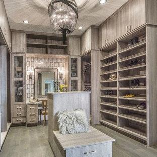 На фото: большая гардеробная комната унисекс в стиле современная классика с плоскими фасадами, серыми фасадами, темным паркетным полом и серым полом с