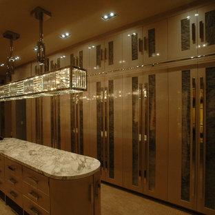 Ejemplo de armario vestidor de mujer, clásico renovado, grande, con armarios con paneles lisos, puertas de armario beige y moqueta
