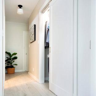 Imagen de armario unisex, contemporáneo, de tamaño medio, con suelo vinílico y suelo beige
