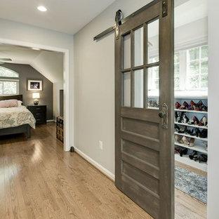 Inspiration pour un dressing traditionnel de taille moyenne et neutre avec un placard sans porte, des portes de placard blanches, un sol en bois clair et un sol marron.