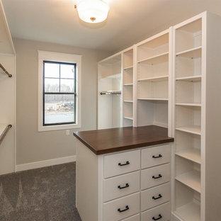 Modelo de armario vestidor unisex, de estilo de casa de campo, grande, con armarios estilo shaker, puertas de armario blancas, moqueta y suelo gris