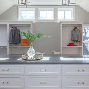 Diseño de armario vestidor unisex, campestre, grande, con armarios abiertos, puertas de armario blancas, suelo de madera clara y suelo marrón