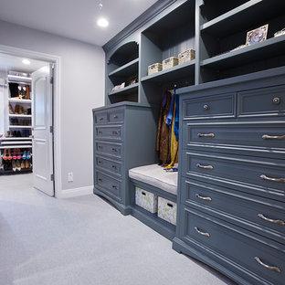 Foto de armario vestidor unisex, clásico renovado, grande, con armarios abiertos, puertas de armario azules, moqueta y suelo gris