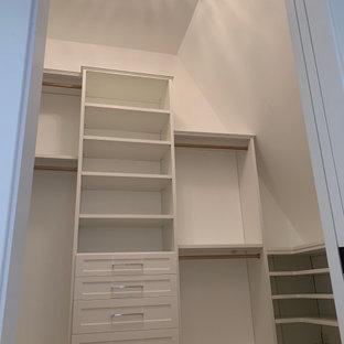 Immagine di una cabina armadio chic di medie dimensioni con ante in stile shaker, ante bianche, moquette e pavimento grigio