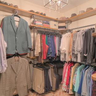 Ejemplo de armario vestidor unisex, urbano, de tamaño medio, con suelo de ladrillo