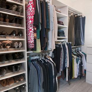 Foto de armario vestidor unisex, moderno, pequeño, con armarios con paneles lisos, puertas de armario blancas y suelo de baldosas de cerámica