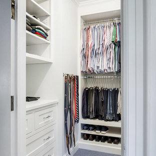 Bild på ett litet vintage walk-in-closet för kvinnor, med luckor med infälld panel, vita skåp, heltäckningsmatta och blått golv