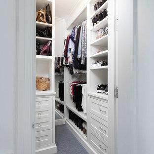 Inspiration pour un petit dressing traditionnel pour une femme avec un placard avec porte à panneau encastré, des portes de placard blanches, moquette et un sol bleu.