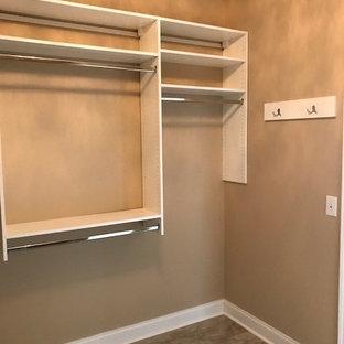Ejemplo de armario vestidor unisex, clásico, de tamaño medio, con armarios con paneles lisos, puertas de armario blancas, suelo de linóleo y suelo beige