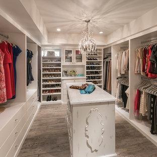 フェニックスのシャビーシック調のおしゃれな収納・クローゼット (白いキャビネット、無垢フローリング、グレーの床) の写真