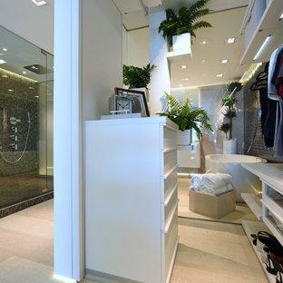 Modelo de vestidor de hombre, minimalista, grande, con suelo de madera clara