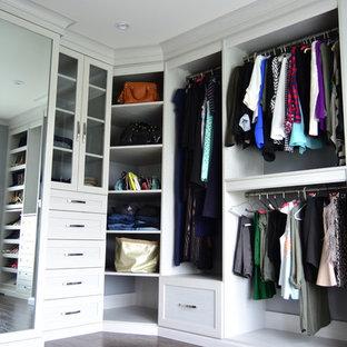 Foto de vestidor actual, grande, con armarios estilo shaker, puertas de armario grises y suelo de madera oscura