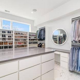 Aménagement d'une grand armoire encastrée contemporaine neutre avec un placard à porte plane, des portes de placard blanches, un sol en marbre et un sol gris.