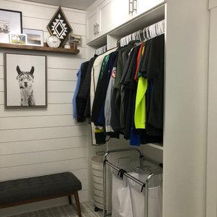 Ejemplo de armario vestidor unisex, de estilo de casa de campo, de tamaño medio, con armarios estilo shaker, puertas de armario blancas, moqueta y suelo blanco