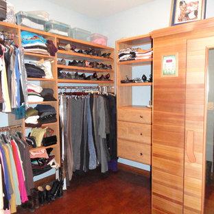 Diseño de armario vestidor unisex, contemporáneo, con suelo de corcho