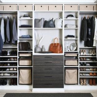 Diseño de armario vestidor unisex, contemporáneo, con armarios abiertos, puertas de armario marrones, suelo de madera clara y suelo beige