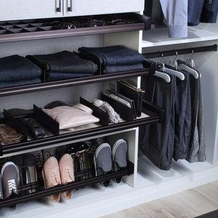 Foto de armario vestidor unisex, contemporáneo, grande, con armarios abiertos, suelo de madera clara y suelo beige