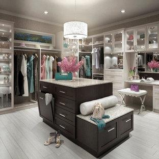 Modelo de armario vestidor de mujer, de estilo americano, grande, con armarios estilo shaker, puertas de armario blancas y suelo de madera clara