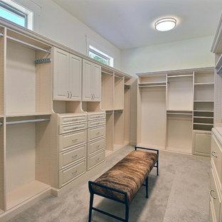 Foto de armario vestidor unisex, clásico renovado, extra grande, con armarios con paneles con relieve, puertas de armario beige, moqueta y suelo beige