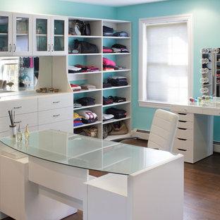 Imagen de vestidor de mujer, clásico, grande, con armarios con paneles lisos, puertas de armario blancas y suelo de madera en tonos medios