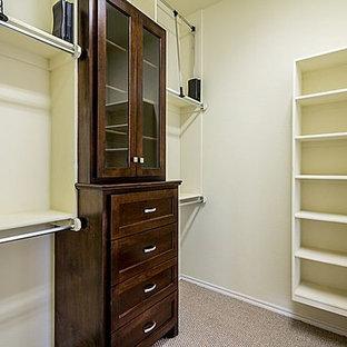 Imagen de armario vestidor unisex, de estilo americano, grande, con puertas de armario de madera en tonos medios y moqueta