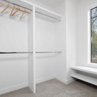 Ejemplo de armario vestidor unisex, actual, de tamaño medio, con moqueta y suelo verde