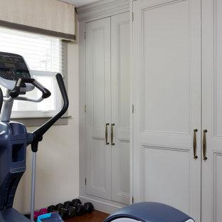 ワシントンD.C.の大きい男性用トランジショナルスタイルのおしゃれなウォークインクローゼット (落し込みパネル扉のキャビネット、グレーのキャビネット、ラミネートの床、茶色い床) の写真