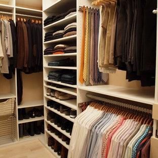 Großer, Neutraler Moderner Begehbarer Kleiderschrank mit weißen Schränken und hellem Holzboden in New York