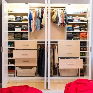 Modelo de armario unisex, actual, pequeño, con armarios con paneles lisos, puertas de armario de madera clara y suelo de madera clara