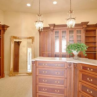 Modelo de armario vestidor unisex, mediterráneo, grande, con armarios con rebordes decorativos, puertas de armario de madera oscura, moqueta y suelo beige