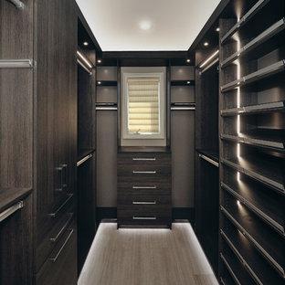 Foto di una cabina armadio per uomo stile americano di medie dimensioni con ante lisce, ante grigie, parquet chiaro e pavimento beige