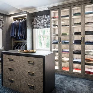 Idee per una grande cabina armadio per uomo moderna con ante lisce, ante grigie, moquette e pavimento blu