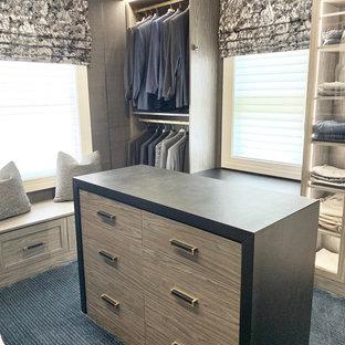 Esempio di una grande cabina armadio per uomo minimalista con ante lisce, ante grigie, moquette e pavimento blu