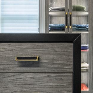 Imagen de armario vestidor de hombre, minimalista, grande, con armarios con paneles lisos, puertas de armario grises, moqueta y suelo azul