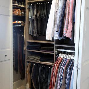 Diseño de armario de hombre, tradicional renovado, pequeño, con armarios con paneles lisos, puertas de armario grises y suelo de madera clara