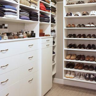 Foto de armario vestidor de hombre, contemporáneo, pequeño, con armarios con paneles lisos, puertas de armario blancas y moqueta