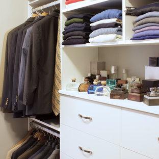Diseño de armario vestidor de hombre, actual, pequeño, con armarios con paneles lisos, puertas de armario blancas y moqueta