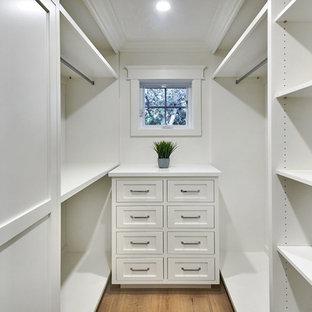 サンフランシスコの小さい男女兼用カントリー風おしゃれなウォークインクローゼット (シェーカースタイル扉のキャビネット、白いキャビネット、淡色無垢フローリング、グレーの床) の写真