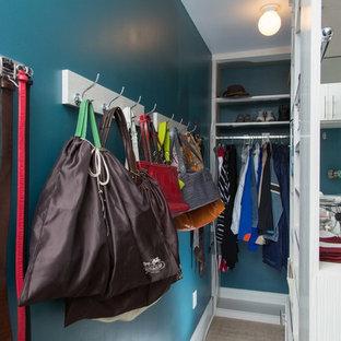 Esempio di una cabina armadio unisex contemporanea di medie dimensioni con ante lisce, ante bianche e moquette