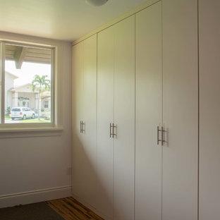 Diseño de armario unisex, contemporáneo, de tamaño medio, con armarios abiertos, puertas de armario blancas y suelo de bambú