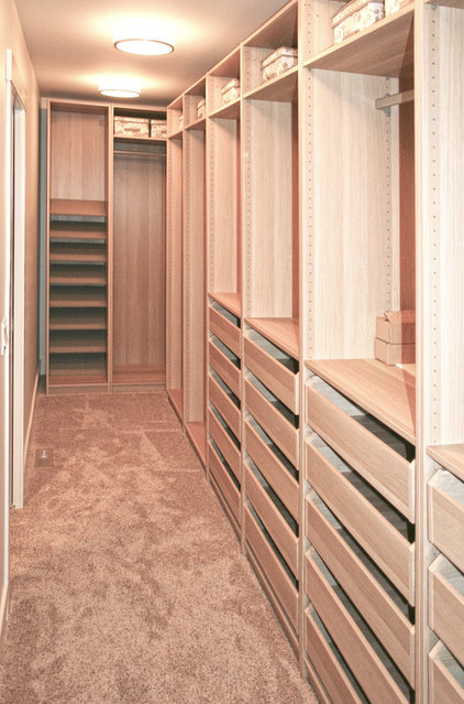 Transitional Closet by Ranger Homes Inc