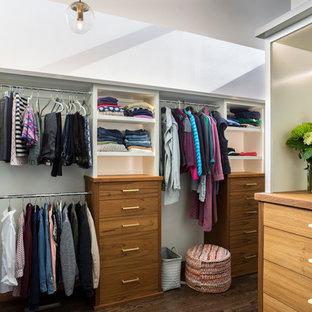 Imagen de armario vestidor unisex, vintage, extra grande, con armarios con paneles lisos, puertas de armario de madera oscura, suelo de madera oscura y suelo marrón