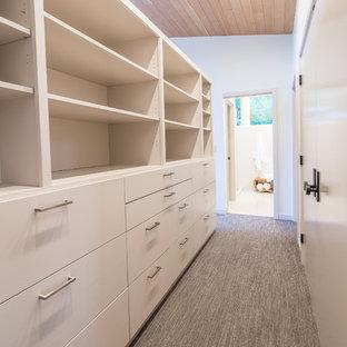 Imagen de armario vestidor vintage, de tamaño medio, con armarios con paneles lisos, puertas de armario blancas, moqueta y suelo gris