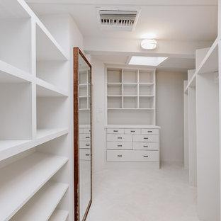 ロサンゼルスの広い男女兼用ミッドセンチュリースタイルのおしゃれなフィッティングルーム (オープンシェルフ) の写真