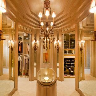 Modelo de vestidor de mujer, tradicional renovado, extra grande, con armarios con paneles lisos, puertas de armario marrones y moqueta