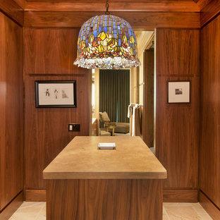 Großes Modernes Ankleidezimmer mit Ankleidebereich, flächenbündigen Schrankfronten, braunen Schränken und Kalkstein in Omaha