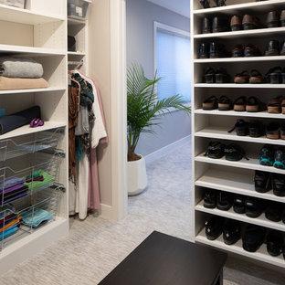 Diseño de armario vestidor de mujer, vintage, grande, con armarios abiertos, puertas de armario blancas, moqueta y suelo beige