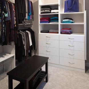 Modelo de armario vestidor de mujer, vintage, grande, con armarios abiertos, puertas de armario blancas, moqueta y suelo beige